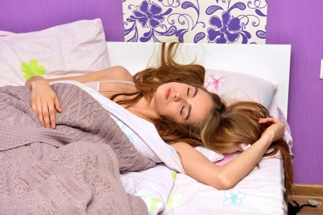 寝苦しい女性の画像