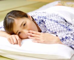 枕があわず寝苦しい女性