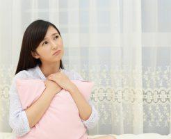 枕に不満な女性イメージ